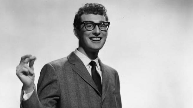 Buddy Holly, coautor e intérprete de la canción 'Peggy Sue', en una imagen promocional para Brunswick Records de 1957.
