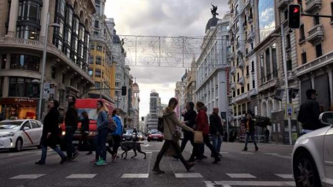 Gente paseando por Gran Vía.