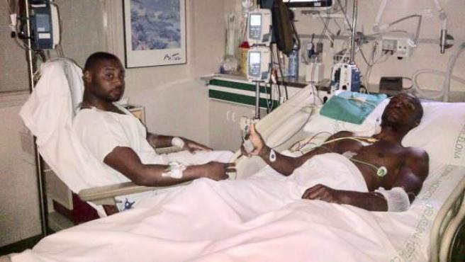 Eric Abidal en la cama del hospital junto a su primo .