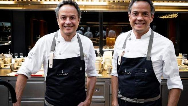 Los Hermanos Torres posan en su nuevo restaurante.
