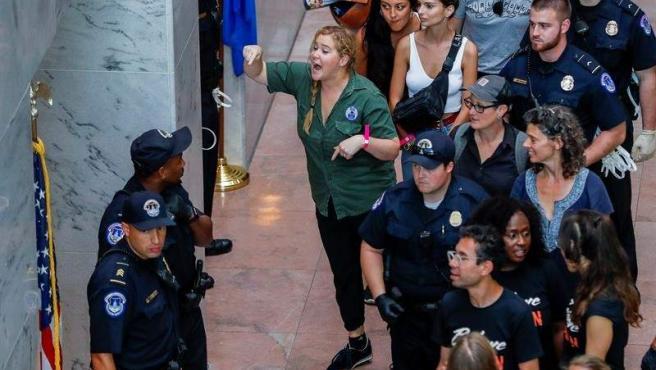 La comediante estadounidense Amy Schumer, tras ser detenida junto con cientos de otros manifestantes en Washington, durante las protestas contra el candidato a la Corte Suprema Brett Kavanaugh.