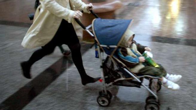 Imagen de archivo de un bebé en un carrito.