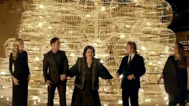 Imagen del anuncio de la Lotería de Navidad de 2013, que protagonizó Montserrat Caballé, Raphael, Marta Sánchez, David Bustamante y Niña Pastori.
