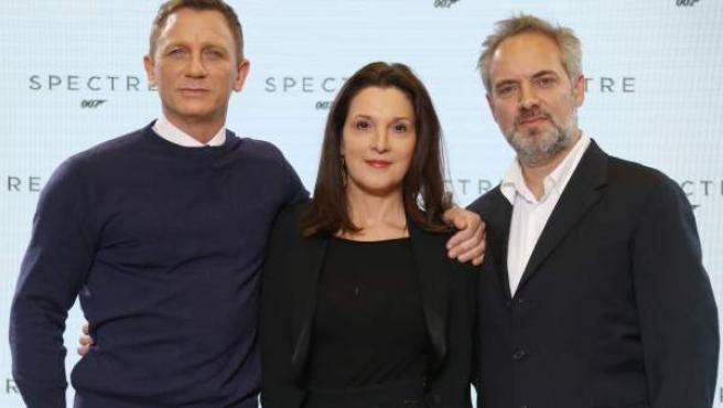 Daniel Craig, Barbara Broccoli y Sam Mendes, en una foto promocional en 2014.