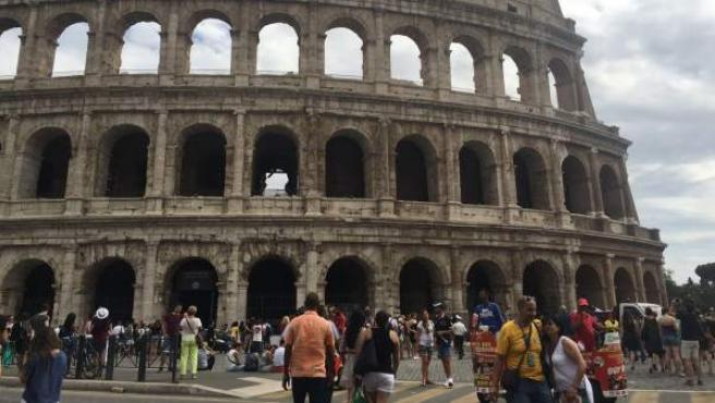 Turistas visitan el Coliseo de Roma.
