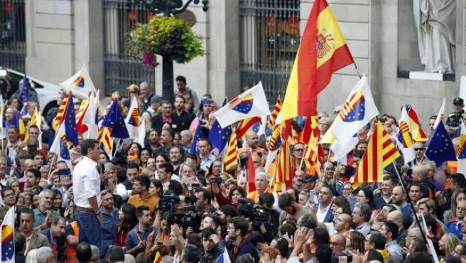 Rivera, ante un millar de personas en la plaza Sant Jaume de Barcelona.
