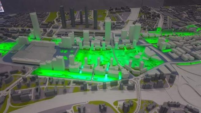 Maqueta de Madrid Nuevo Norte con los espacios de zonas verdes iluminados.