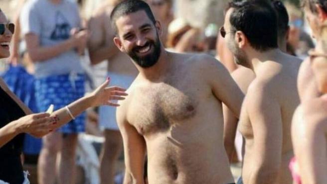El futbolista Arda Turan, durante sus vacaciones.