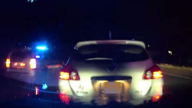 Captura de vídeo con el momento en que un vehículo autónomo Tesla choca por detrás contra otro coche, tras ignorar el conductor del primero las advertencias del piloto automático, en una autopista de EE UU.