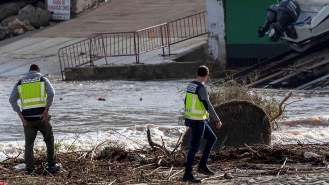 Los servicios de emergencia y rescate que trabajan en la zona afectada por el desbordamiento del torrente de Sant Llorenç des Cardassar, en Mallorca.