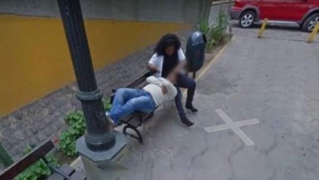 Imagen de Google Maps donde se ve a la mujer tonteando con otro hombre.