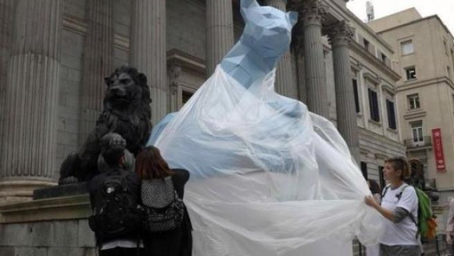 Imagen del momento en el que se colocaba la leona en el Congreso.