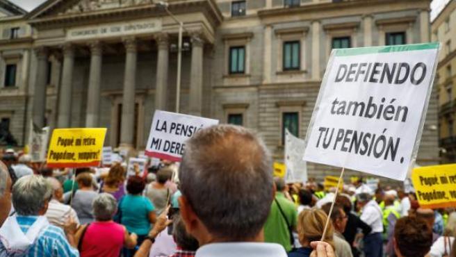 Un grupo de pensionistas ha vuelto a cortar el tráfico en las puertas del Congreso.
