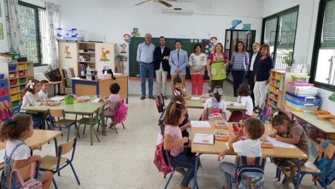 López (centro), durante su visita a uno de los colegios de La Rambla