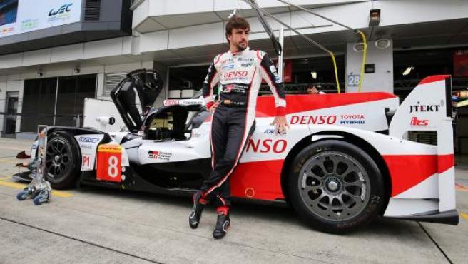 Fernando Alonso, junto al Toyota TS050 con el que compite en el Mundial de Resistencia.