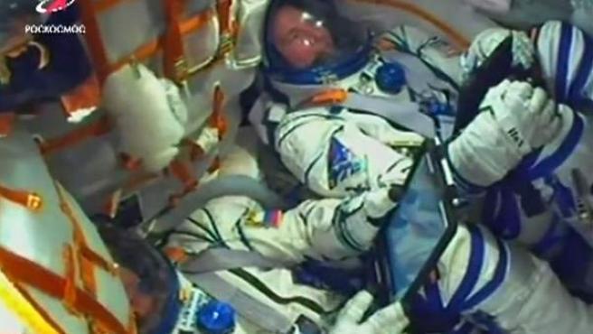 El cosmonauta Alexey Ovchinin (izquierda) y al astronauta de la NASA Nick Hague durante el lanzamiento de la Soyuz MS-10.