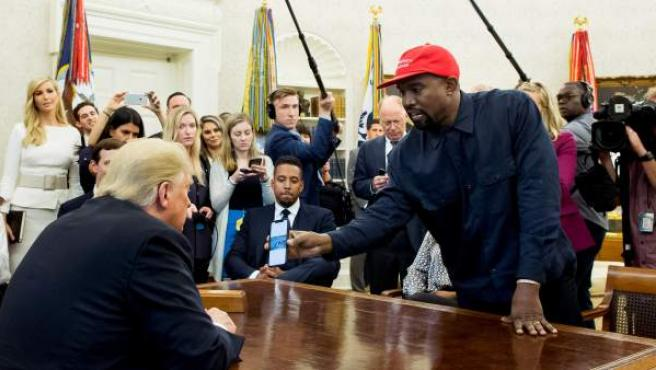 Donald Trump recibió a Kanye West para debatir cómo prevenir la violencia de pandillas y la reforma del sistema penitenciario.