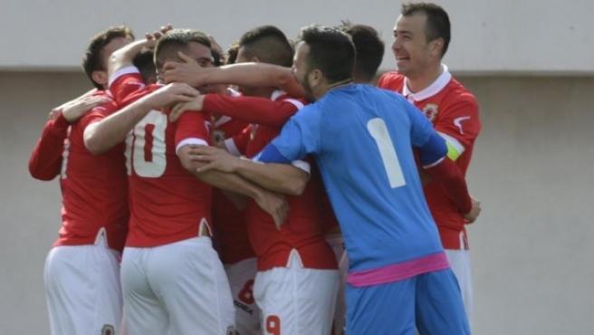 La selección de Gibraltar celebra su victoria en el amistoso ante Letonia, en marzo de 2018.
