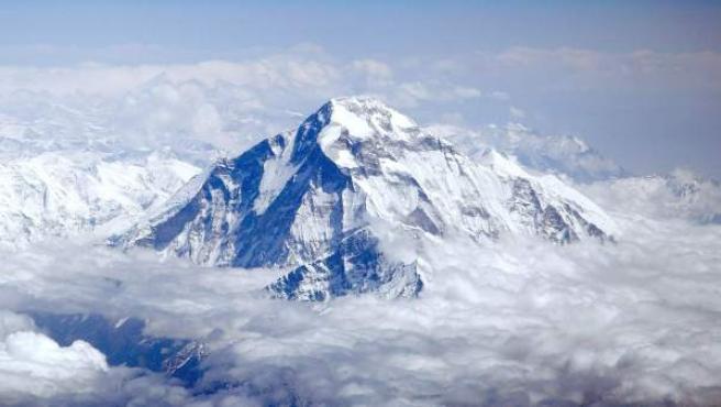 Imagen de la montaña Dhaulagiri vista desde un avión sobrevolando la cordillera del Himalaya.