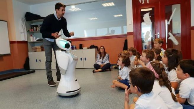 El robot Sanbot en el aula con niños de primaria.
