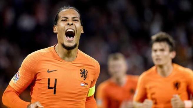 Virgil van Dijk celebra su gol a Alemania en la UEFA Nations League.