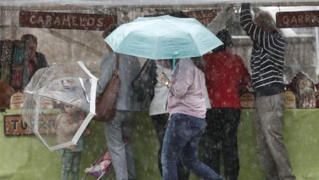 La gente se protege de los efectos del huracán Leslie en Pamplona.