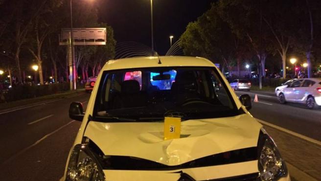 Imagen del estado en el que ha quedado el vehículo tras atropellar mortalmente a una chica de 13 años en la Avenida de la Ilustración de Madrid.