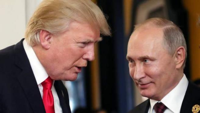 El presiente ruso, Vladímir Putin, y su homólogo estadounidense, Donald Trump, durante un descanso de la 25ª cumbre del Foro de Cooperación Económica Asia-Pacífico (APEC).