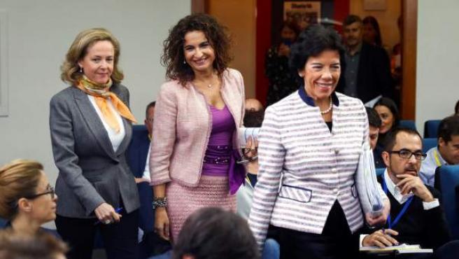 Las ministras de Hacienda María Jesús Montero (c), ministra Portavoz Isabel Celaá (d), y de Economía Nadia Calviño, durante la rueda de prensa posterior al consejo de ministros.