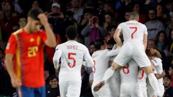 Los jugadores de Inglaterra celebran uno de los tres goles que marcaron a España en la primera parte del partido en el Benito Villamarín.