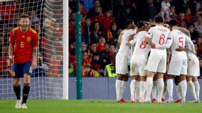 Saúl se lamenta tras uno de los goles de Inglaterra a España.