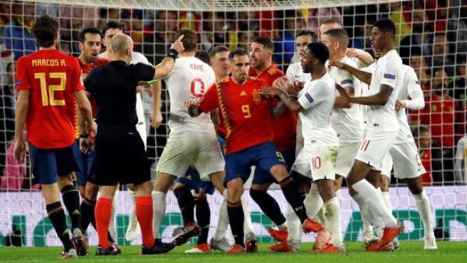 Los jugadores españoles protestaron un posible penalti de Pickford sobre Rodrigo en el España-Inglaterra.