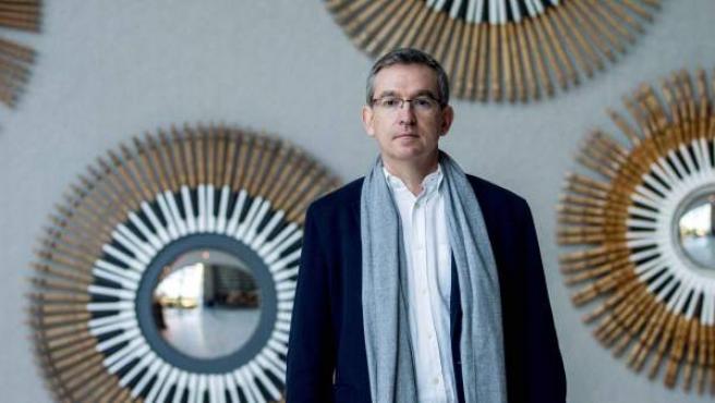 El escritor valenciano Santiago Posteguillo, posa para los medios de comunicación tras proclamarse ayer ganador de la 67 edición del Premio Planeta de novela 2018 con la obra ''Yo, Julia''