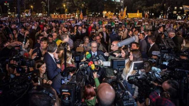 """Quim Torra atiende a los medios en la concentración """"Un año de vergüenza, un año de dignidad"""" en la Plaza Cataluña de Barcelona."""