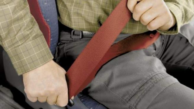 Un hombre se abrocha el cinturón de seguridad en el coche.
