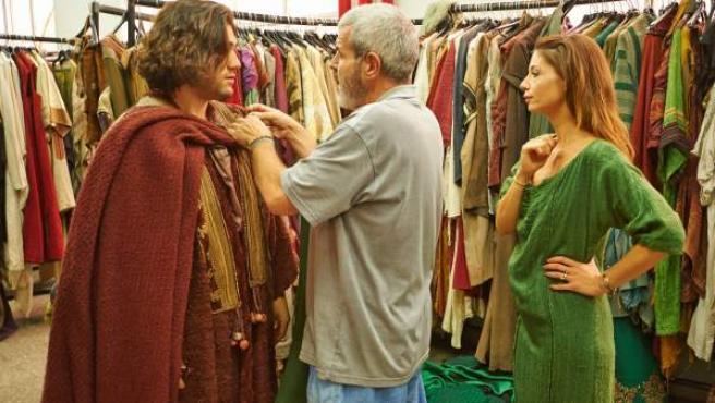 El modista Lorenzo Caprile (de espaldas), en el taller de creación de vestuario de 'El Médico'.