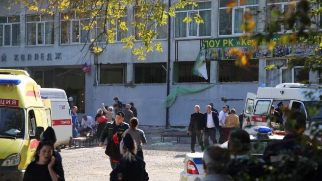 Los servicios de Emergencias atienden a varios de los heridos frente al instituto politécnico de la ciudad de Kerch.