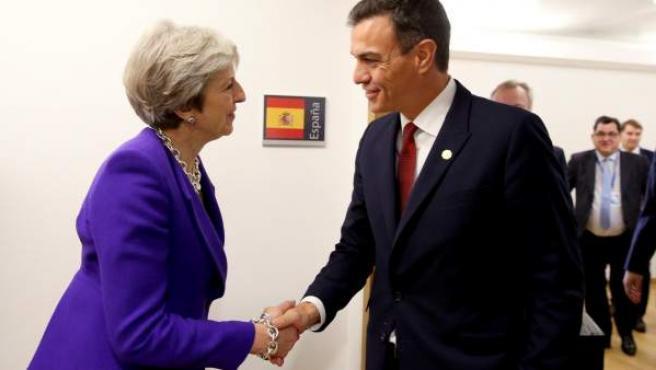 Pedro Sánchez conversa con Theresa May en Bélgica.