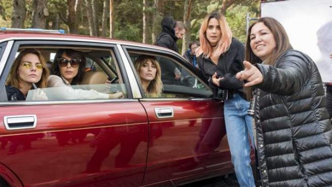 De izda. a dcha., Amaia Salamanca, Belén Cuesta, Blanca Suárez y Macarena García, junto a la directora Gabriela Tagliavini, en el primer día de rodaje de 'A pesar de todo'.
