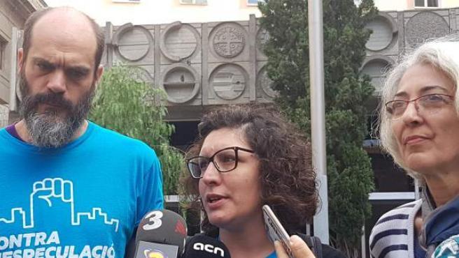 Daniel Pardo, Lucía Delgado y Ana Menéndez, del grupo promotor de la ampliación del parque público de vivienda en Barcelona.