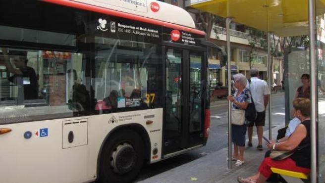 Parada de autobús urbano de TMB en Barcelona.