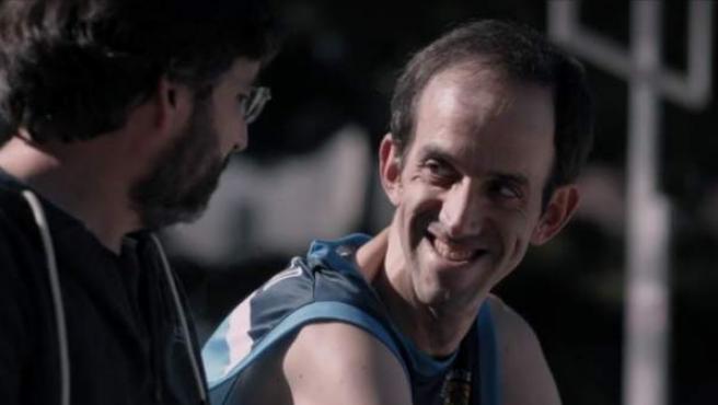 Jordi Évole en el anuncio de la nueva temporada de 'Salvados' junto a uno de los protagonistas de 'Campeones'.