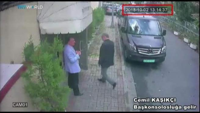Imagen obtenida de un vídeo de un circuito cerrado de televisión policial, en la que supuestamente se ve al periodista saudí Jamal Khashoggi (d) en el exterior del consulado saudí en Estambul (Turquía), el 2 de octubre del 2018.