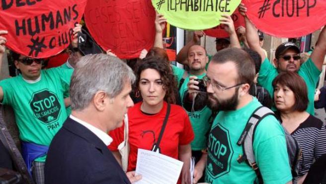 Alberto Fernández Díaz, del PP de Barcelona, con activistas de la Plataforma de Afectados por la Hipoteca (PAH).