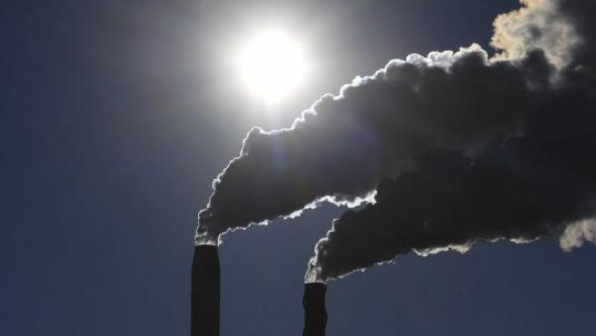 Dos chimeneas de una fábrica emiten gases en Broadwater, en Nueva Gales del Sur (Australia).