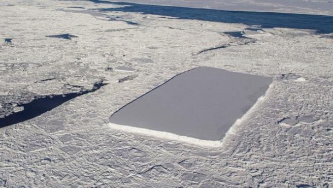 Imagen tomada por la NASA, en una misión en la Antártida, de un iceberg con una inusual y llamativa forma rectangular.