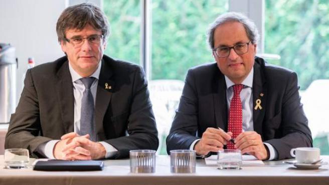 El presidente de la Generalitat, Quim Torra (d), posa junto al expresidente catalán Carles Puigdemont.