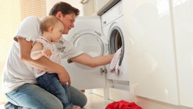Los padres deben predicar con el ejemplo en el reparto de obligaciones del hogar.