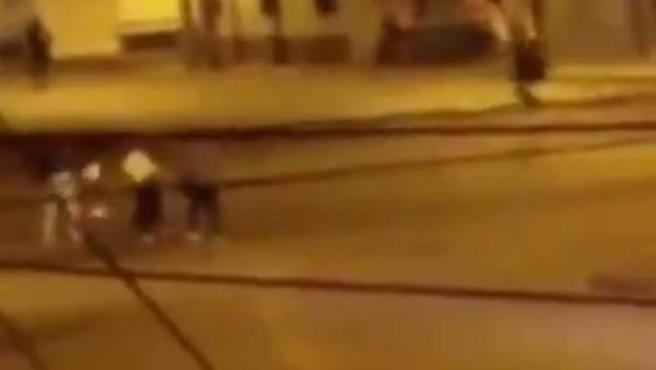 Captura de un vídeo publicado por la Asociación Silueta X, en el que esta ONG asegura que se ve cómo varios hombres atacan y asesinan a una mujer transgénero en plena calle, en Cotopaxi, Ecuador.