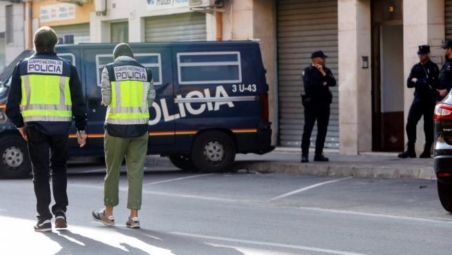 La Policía Nacional ha detenido este martes de forma simultanea en las localidades de Alaquàs (Valencia), en la imagen el dispositivo de seguridad, y Cocentaina (Alicante), a dos presuntos yihadistas.